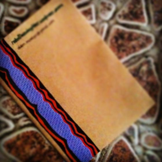 Bahan: kertas hvs A4 warna kuning (x kertas surat 😅), amplop surat coklat, kain (lupa nama kasinnya, x bungkus kado), pena, staples dkk